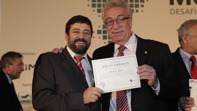 Presidente da ABM, Eduardo Tadeu, e Newton Lima, relator da MP que ampliou os prazos, em cerimônia de diplomarão dos Sócios Eméritos