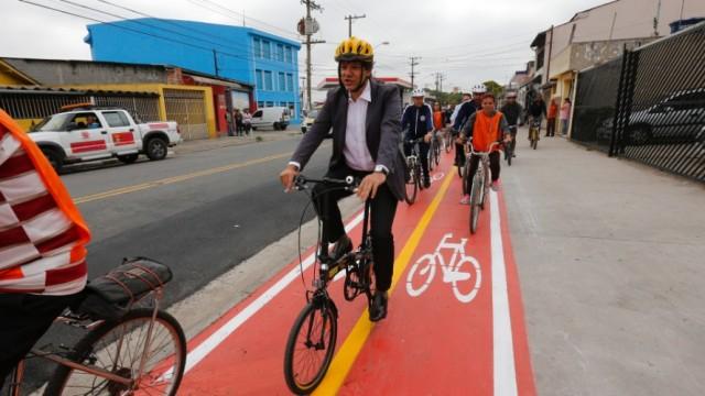 23out2014---prefeito-de-sao-paulo-fernando-haddad-pt-anda-de-bicicleta-em-ciclovia-recem-inaugurada-no-distrito-de-sao-miguel-paulista-zona-leste-da-capital-parte-de-dos-82-km-da-via-foi-implantada-1414090231366_956x500